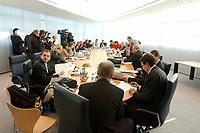 11 OCT 2002, BERLIN/GERMANY:<br /> B90/Gruene (L) und SPD (R) Delegation am Verhandlungstisch, vor Beginn einer Verhandlungsrunde der Koalitionsverhandlungen zwischen SPD und Buendnis 90 / Die Gruenen, Willy-Brandt-Haus<br /> IMAGE: 20021011-02-017<br /> KEYWORDS: Übersicht, Uebersicht, Tisch, Raum, Saal,
