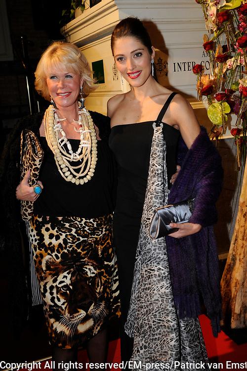 Uitreiking Beau Monde Awards in het Amstel Hotel, Amsterdam.<br /> <br /> Op de foto:  Nadia Palesa Poeschmann en Sheila de Vries