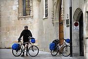 Spanje, Burgos, 5-5-2010Als onderdeel van de pelgrimsroute naar Santiago de Compostella ligt deze stad. Rustplaats op de route. Fietsers komen aan bij een herberg.Foto: Flip Franssen/Hollandse Hoogte