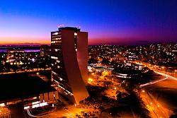 Vista aérea do Centro Administrativo da cidade de Porto Alegre ao anoitecer. FOTO: Alfonso Abraham / Preview.com