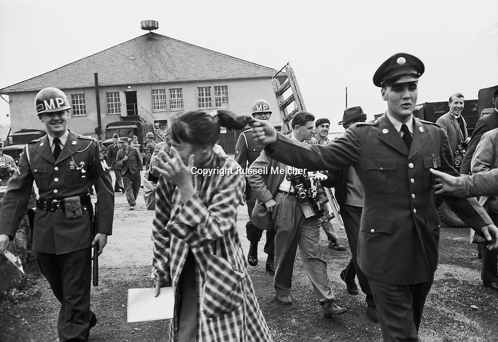 Germany 1958. Elvis Presley, as a GI, arriving in Germany and having fun with a girl reporter at his side.<br /> <br /> <br /> Allemagne 1958. Elvis Presley arrivant en Allemagne en soldat GI, s' amusant avec une journaliste à ses côtés .