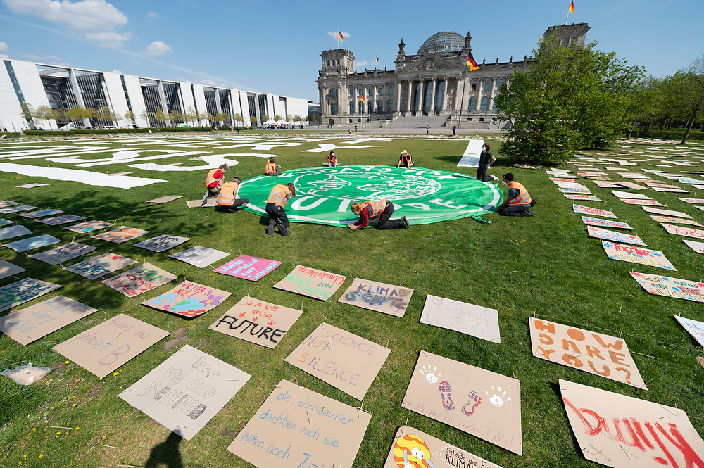 24 APR 2020, BERLIN/GERMANY:<br /> Aktion von Fridays for Future im Rahmen von Netzstreik fuers Klima, #netzstreikfuersklima : Aktivisten befestigen ihr Logo und hunderte von Schildern mit Forderungen zur Rettung des Klimas auf dem Platz der Republik vor dem Deutschen Bundestag / Reichstagsgebaeude<br /> IMAGE: 20200424-01-020<br /> KEYWORDS: Demo, Demonstration, Protest, Klimawandel, climate change, action, #netzstreikfürsklima