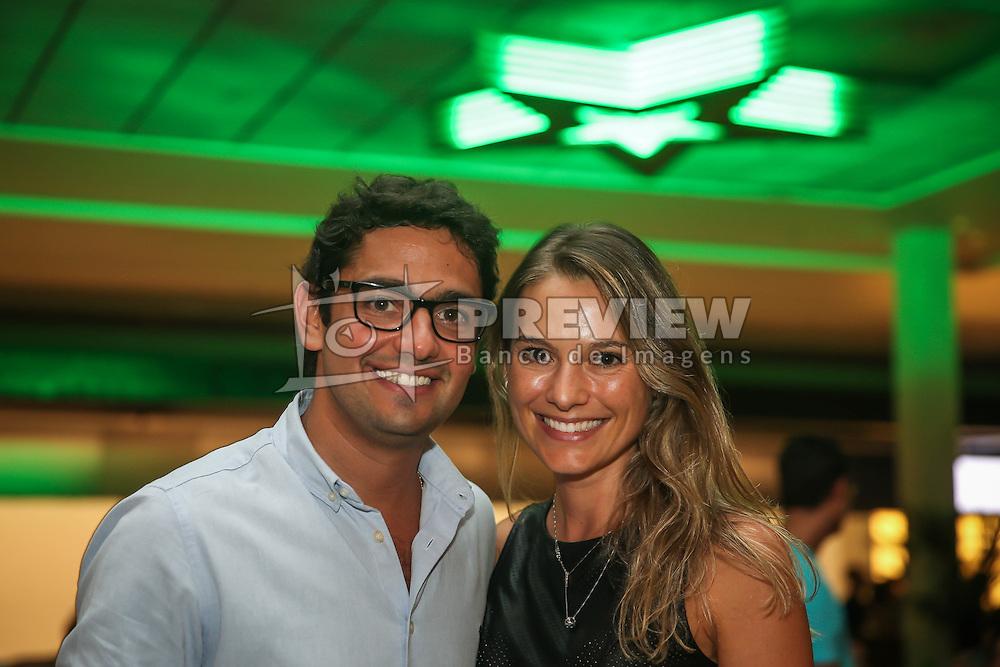 Fernando Tornaim e Carolina Ceolin durante o Happy Hour Heineken, no Viva Open Mall, em Porto Alegre. FOTO: Jefferson Bernardes/ Agência Preview