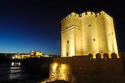Spanje, Cordoba, 6-5-2010Ter hoogte van de kathedraal, is in de 8e eeuw de brug over de Guadalquiver gebouwd op fundamenten van een Romeinse brug. De brug verbindt de oude binnenstad met de voorstad Campo de la Verdad. De brug wordt verdedigd door de toren van la Calahorra, een oude Arabische vesting. Er in bevindt zich het Historisch Museum.Foto: Flip Franssen/Hollandse Hoogte
