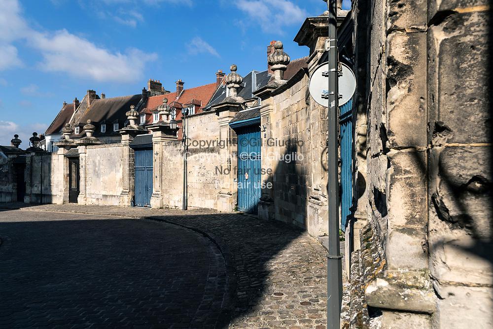 France, Hauts-de-France, Oise (60), Noyon, habitations sur le Parvis Notre-Dame de Noyon // France, Hauts-de-France, Oise (60), Noyon, Inhabitations on  Our Lady of Noyon cathedralee square