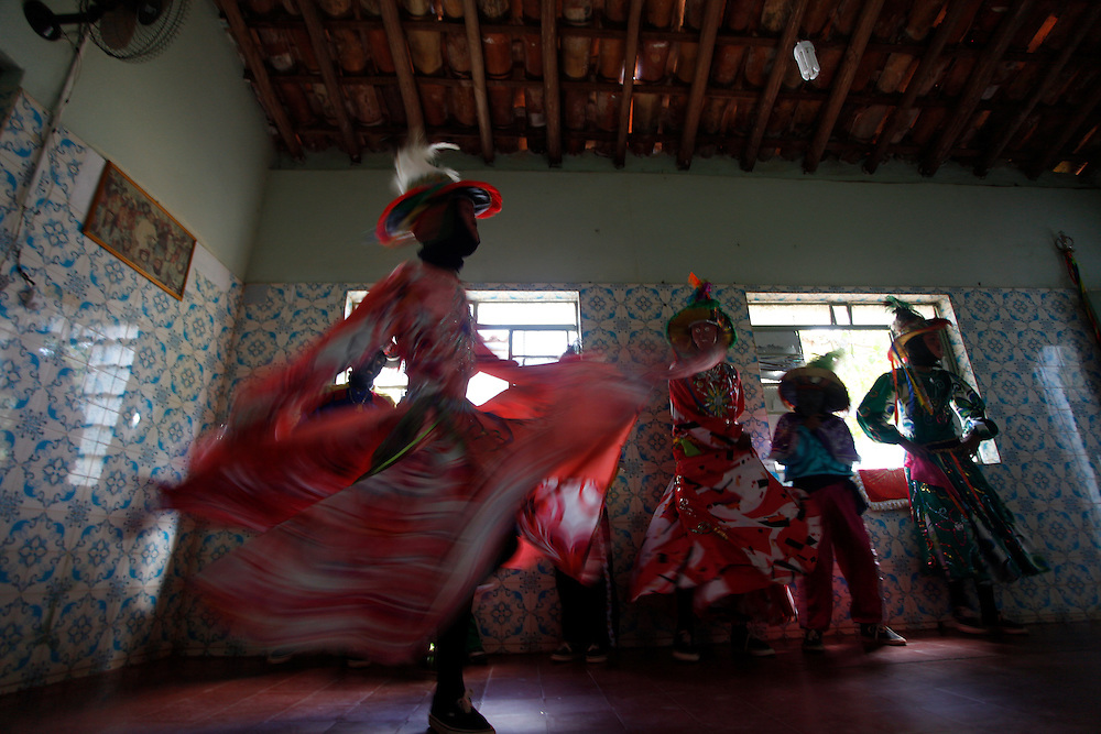 Pocone_MT, Brasil.<br /> <br /> Danca dos Mascarados e uma danca tradicional e folclorica de Pocone, Mato Grosso. Nao de sabe de onde veio, quem a introduziu aqui, e uma danca que vem dos costumes dos indios, enriquecidas pelos colonizadores espanhois que aqui chegaram. Os participantes sao somente homens mascarados, usando chapeus com plumas, espelhos e outros enfeites, desempenhando funcao de damas e de gala.<br /> <br /> Danca dos Mascarados is typical of the municipality of Pocone, is a mixture of European quadrille, dance rhythms and indigenous blacks. The major peculiarity of this dance is that only men participate in pairs, half of them dressed as women, wearing masks and colorful clothing is predominantly red and yellow.<br /> <br /> Foto: JOAO MARCOS ROSA / NITRO