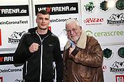 BOXEN: Universum Boxpromotion, Waage, Hamburg, 19.02.2021<br /> Elvir Axel Sendro (BIH) und Promoter Thomas Nissen (Boxen im Norden)<br /> © Torsten Helmke