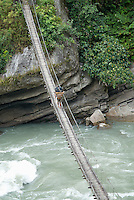Nepal. Vallee de l Arun. Region Est du Nepal. Porteur, les routiers de l Himalaya. Pont suspendu. // Nepal. Arun valley, East Nepal. Porter, the road rider of the Himalaya. Suspension Bridge.
