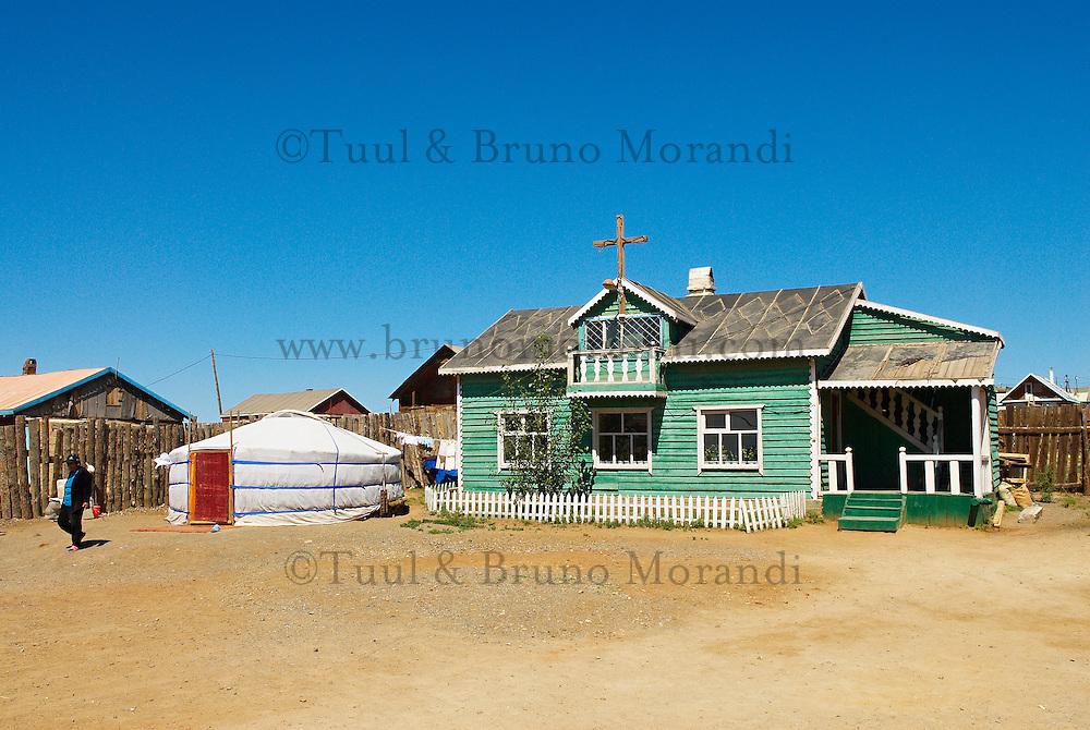 Mongolie. Ulaan Baatar (Oulan Bator). Eglise evangelique dans un quartier de yourt de la capital. // Mongolia. Ulan Bator. evangelic church in the yurt area.