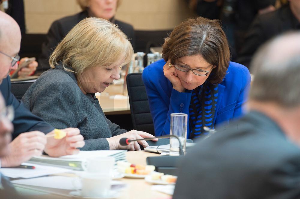 16 MAR 2017, BERLIN/GERMANY:<br /> Hannelore Karft (L), SPD, Ministerpraesidentin Nordrhein-Westfalen, und Malu Dreyer (R), SPD, Ministerpraesidentin Rheinland-Pfalz, im Gespraech, vor Beginn einer Sitzung der Ministerpraesidentenkonferenz, Bundesrat<br /> IMAGE: 20170316-01-016<br /> KEYWORDS: Ministerpräsidentenkonferenz, MPK, Gespräch