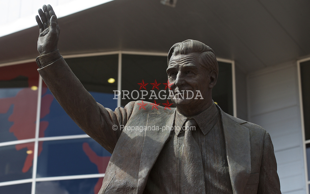 SOUTHAMPTON, ENGLAND - Saturday, August 15, 2015: A statue of Ted Bates outside Southampton's St. Mary's Stadium before the FA Premier League match against Everton. (Pic by David Rawcliffe/Propaganda)