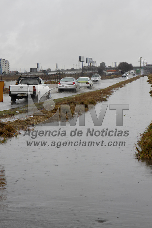 TOLUCA, México.- Los canales de agua del Cerrillo y San Pedro Totoltepec comienzan a desbordarse debido a las intensas lluvias que se han presentado en las últimas 48 horas, provocando inundaciones en las principales avenidas de estas delegaciones. Agencia MVT / Crisanta Espinosa. (DIGITAL)