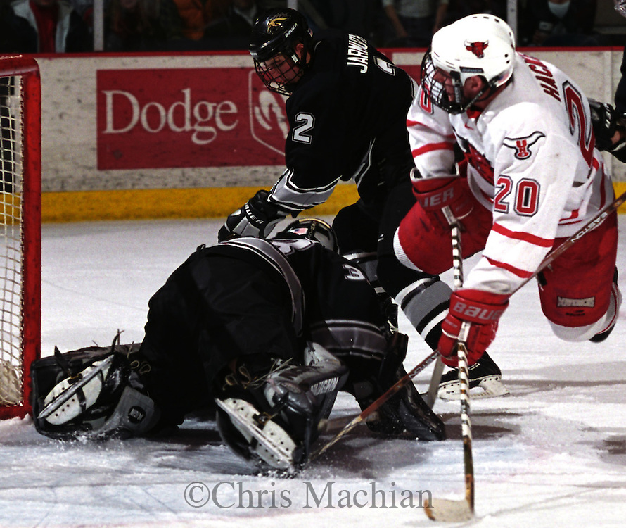 UNO's Dan Hacker flies across the ice trying to score while Western Michigan goalie Jeff Reynaert smuthers the puck<br /> (photo by Chris Machian/Prairie Pixel Group)