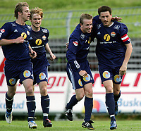 Fotball<br /> Adecco-ligaen 2005<br /> 19.06.2005<br /> Strømsgodset v Hødd 4-1<br /> Foto: Morten Olsen, Digitalsport<br /> <br /> Kevin Nicol gratulerer Kenneth Karlsen - SIF