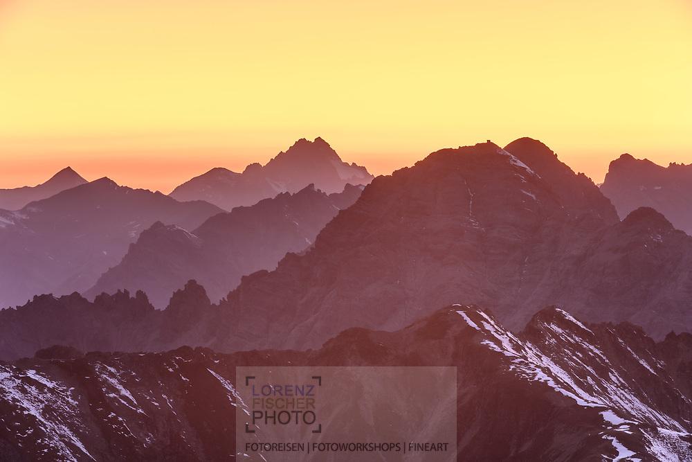Blick vom Monte Scorluzzo auf die Rätische Alpen mit dem Piz Kesch; Stilfserjoch, Lombardei, Italien<br /> <br /> View from Monte Scorluzzo to the Rhaetian Alps with the Piz Kesch; Stelvio Pass, Lombardy, Italy