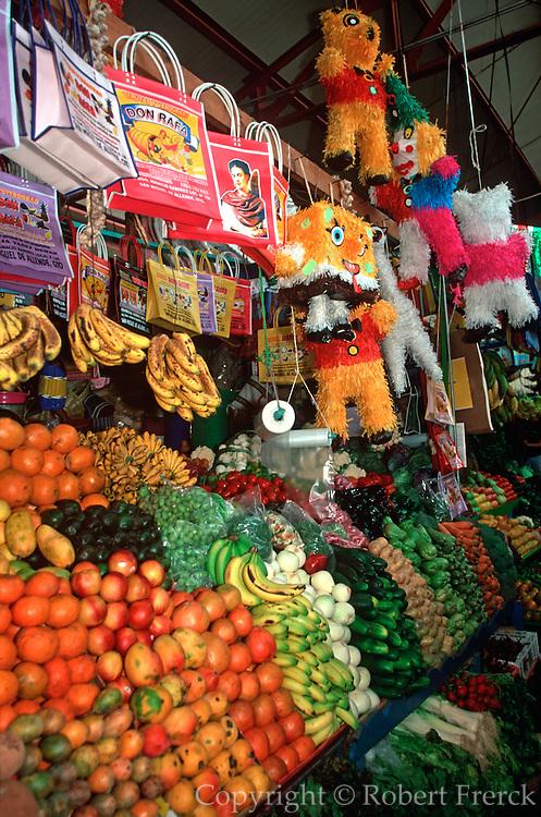 MEXICO, SAN MIGUEL ALLENDE fruit, crafts in Mercado El Nigromante