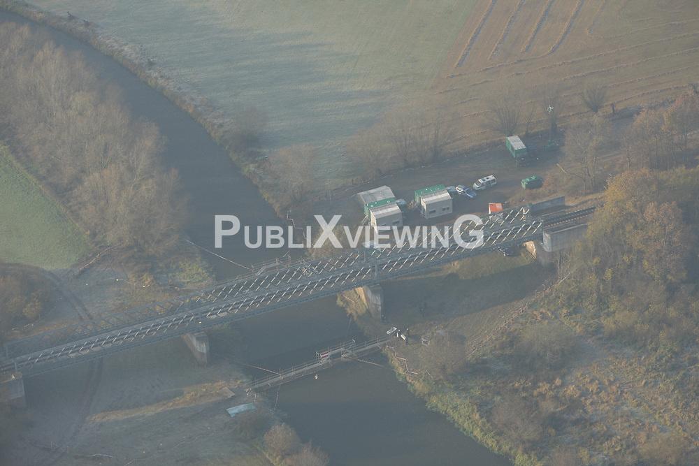 Luftbild der Eisenbahnbrücke bei Seerau im Zuge der für die Castortransporte genutzten Strecke Lüneburg-Dannenberg. Nach einem Brandanschlag wurde die Brücke erneuert und im Vorfeld jedes Atomtransports durch Polizeikräfte bewacht.<br /> <br /> Ort: Seerau<br /> Copyright: Andreas Conradt<br /> Quelle: PubliXviewinG