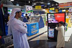 Um pai e seu filho no Marina Mall, um dos shoppings de Abu Dhabi. A cidade foi fundada pelos Banu Yas o 1761. O fortí Qasr a o-Hosn foi construído o 1793 e o 1795 já residia o xeic. Foi des então seu dos sucessivos governantes de Abu Dhabi; o março de 1892 pelos acordos exclusivos o emirat aconteceu protectorat britânico. O 1954 é estabeleceu em Dubai (dantes a Sharjah ) o oficial político britânico pelos emirats mas pouco depois é instalou um oficial político a Abu Dhabi exclusivo pelo emirat, que era o mais grande e importante do Trucial Oman.FOTO: Jefferson Bernardes/Preview.com