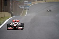 O piloto inglês Jason Button acelera sua McLaren durante a primeira volta do Grande Prémio do Brasil de Fórmula 1, em Interlagos, São Paulo. FOTO: Jefferson Bernardes/Preview.com