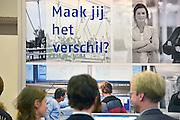 Nederland, Amsterdam, 16-3-2013De carrierebeurs in de RAI. Banenmarkt voor kader en hoogopgeleid personeel, mensen.Beurs voor studenten, starters op de arbeidsmarkt met een technische, economische, bedrijfskundige,  juridische of informatica opleiding. Grootste banenmarkt van Nederland voor wie bijna afgestudeerd of werkzoekend is. Foto: Flip Franssen/Hollandse Hoogte