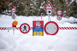 THEMENBILD - Die Schneefälle der vergangenen Tage sorgen in Teilen Österreichs für massive Gefahren und Behinderungen. Hier im Bild Strassensperre der Kalser Landesstrasse aufgenommen am Montag 18. November 2019 in Kals am Großglockner // Roadblock of the Kalser Landesstrasse pictured on Monday, November 18, 2019 in Kals am Grossglockner. The extreme snowfalls of the past few days cause massive dangers and disabilities in parts of Austria. EXPA Pictures © 2019, PhotoCredit: EXPA/ Johann Groder