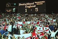 Fotball: Tyskland-England 1-5. München. 01.09.01.<br /><br />englische Fans  feiern vor der Anzeigetafel<br />     WM-Quali   Deutschland - England  1:5