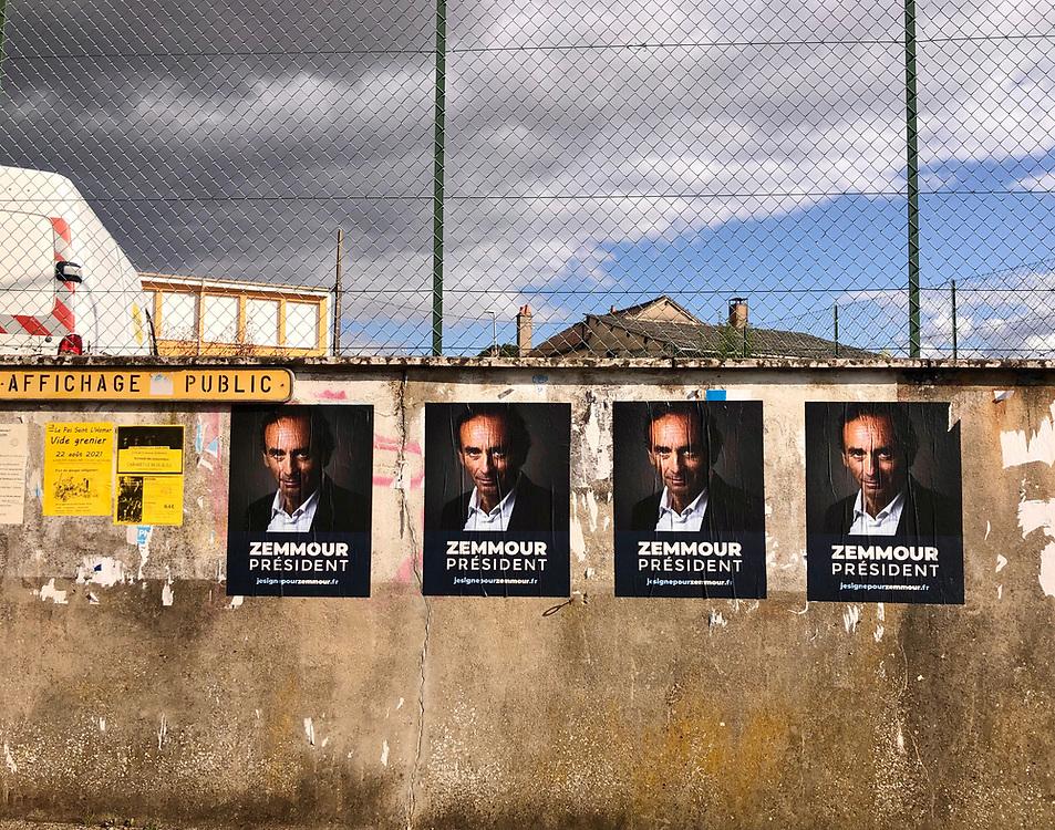 Campagne d'affichage pour la candidature d'Eric Zemmour à l'élection présidentielle 2022 dans la petite ville de La Loupe en Eure-et-Loir.