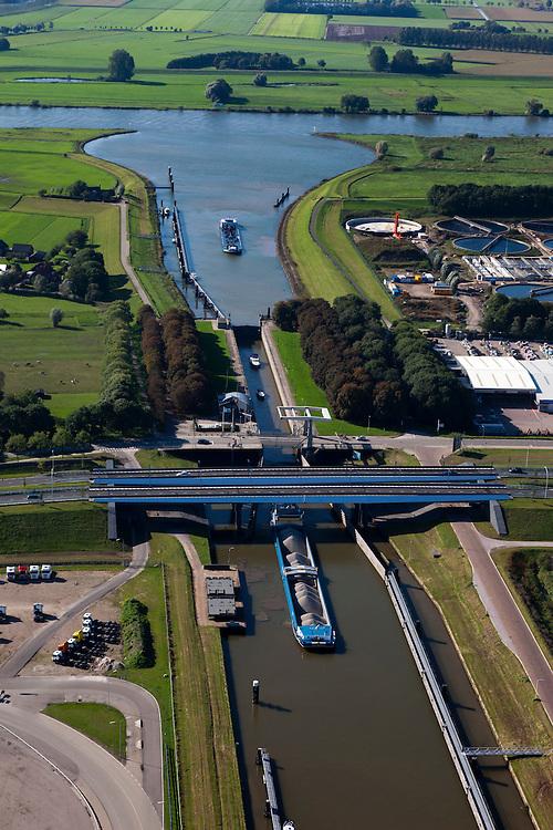 Nederland, Overijssel, Gemeente Zwolle, 03-10-2010; Zwolle-IJsselkanaal mer schutsluis en spoorbrug. IJssel boven in beeld..luchtfoto (toeslag), aerial photo (additional fee required).foto/photo Siebe Swart