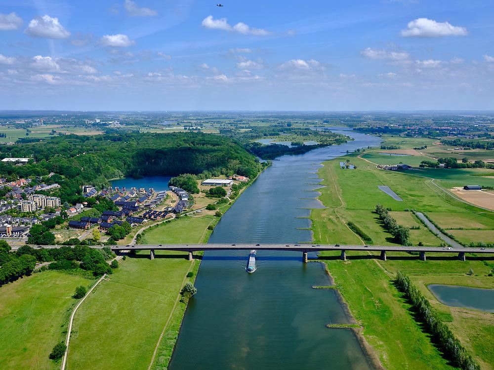 Nederland, Utrecht, Gemeente Rhenen, 27-05-2020; Neder-rijn met Rijnbrug, ter hoogte van Rhenen.<br /> Lower Rhine with Rhine bridge, near Rhenen. <br /> <br /> luchtfoto (toeslag op standaard tarieven);<br /> aerial photo (additional fee required)<br /> copyright © 2020 foto/photo Siebe Swart