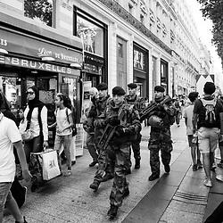 mardi 9 août 2016, 16h42, Paris VIII. Patrouille de militaires du 12ème Régiment de Cuirassiers parmi la foule de badauds descendant les Champs-Elysées.
