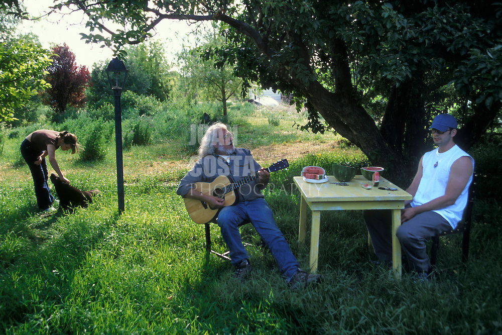 EEUU. Nuevo México. Espanola<br /> Roberto Mondragón toca la guitarra con su familia en el jardín<br /> <br /> USA. New Mexico. Espanola<br /> Roberto Mondragon plays the guitar with his family at the garden<br /> <br /> © JOAN COSTA
