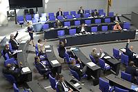 DEU, Deutschland, Germany, Berlin, 07.05.2020: Abgeordnete der Partei Alternative für Deutschland (AfD) bei einer Abstimmung mit Handzeichen bei einer Plenarsitzung im Deutschen Bundestag. Um Ansteckungen von Abgeordneten mit dem Coronavirus zu vermeiden, darf nur jeder Dritte Stuhl besetzt werden, zwei Plätze dazwischen müssen frei gehalten werden.