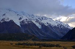 Regendo os alpes do Sul, Monte Cook - ou Aoraki como chamam os nativos - e o pico mais alto da Nova Zelandia com 3754 metros. FOTO: Lucas Uebel/Preview.com