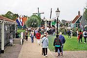 Nederland, Zaanse Schans, Zaandijk, 28-8-2018Toeristen bij de molens van de Zaan. Toerisme is een grote inkomstenbron voor de bv Nederland.Foto:Flip Franssen