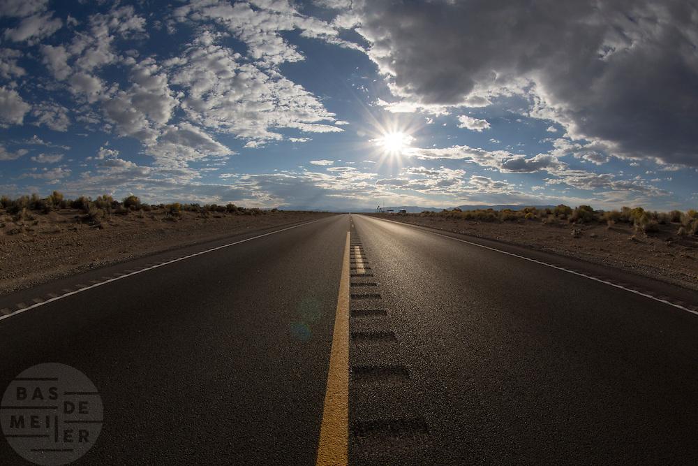 Een lege snelweg in de woestijn van Nevada.<br /> <br /> An empty highway in the desert of Nevada.