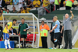 Técnico Luis Felipe Scolari e Neymar durante a partida entre Brasil e Uruguai válida pela Copa das Confederações, no Estádio Mineirão, em Belo Horizonte-MG. FOTO: Jefferson Bernardes/Preview.com