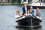 Het koninklijk gezin maakt een vaartocht over de Kagerplassen en poseert op de kade tijdens de jaarlijkse zomerfotosessie.<br /> <br /> The royal family makes a cruise on the Kagerplassen and pose on the quay during the annual summer photography session.<br /> <br /> Op de foto / On the photo:  Koning Willem-Alexander en koningin Maxima met hun dochters prinses Amalia, prinses Ariane en prinses Alexia <br /> <br /> King William Alexander and Queen Maxima with their daughters Princess Amalia, Princess Ariane and Princess Alexia