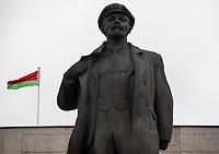 12.07.2017 Grodno Bialorus N/z pamietajacy czasy ZSRR pomnik Wlodzimierza Ilicza Lenina na Placu Lenina w centrum miasta , w tle flaga Bialorusi fot Michal Kosc / AGENCJA WSCHOD