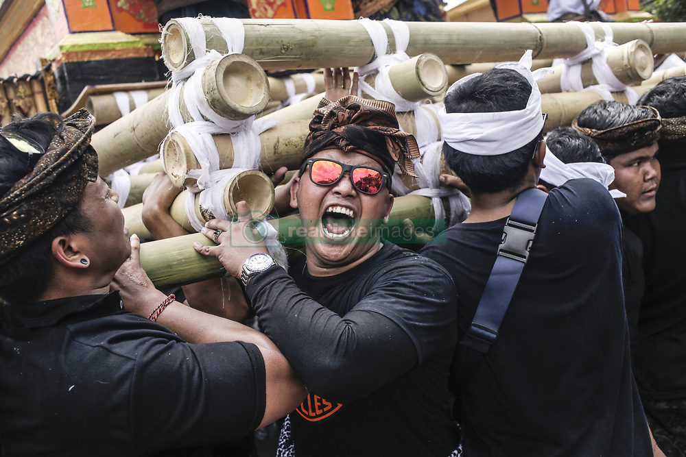 December 18, 2018 - Bali, Indonesia - Balinese take parts in carrying 24-meters tall tower called Bade that transport royal corpse to cemetery during royal cremation ceremony known as Pelebon in Gianyar, Bali, Indonesia on December 18 2018. The ritual is to honor the deceased, Ida I Gusti Ngurah Djelantik XXIV, an elder of Puri Ageng Blahbatuh royal family. (Credit Image: © Johanes Christo/NurPhoto via ZUMA Press)