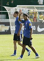 Ronaldinho winkt dem Publikum nach dem Training. © Urs Bucher/EQ Images
