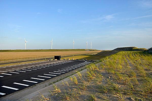 Nederland, Rotterdam, 15-9-2012De zeewering van de 2e, nieuwe, tweede maasvlakte. Op de achtergrond een windmolenparkFoto: Flip Franssen/Hollandse Hoogte