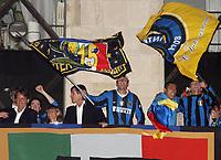 Fotball<br /> Italia Serie A<br /> Foto: Inside/Digitalsport<br /> NORWAY ONLY<br /> <br /> 22 Aprile 2007<br /> <br /> Ivan Ramiro Cordoba, Gabriele Oriali e Javier Zanetti Esteban Cambiasso, Ivan Ramiro Cordoba, Javier Zanetti,Oriali e Roberto Mancini celebrate winning Italian Championship in Milano, Piazza Duomo<br /> <br /> Inter seriemester