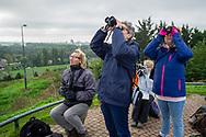 Bergschenhoek. Euro Birdwatch. Vandaag tellen duizenden vogelaars in heel Europa op de trekvogels wanneer deze richting het zuiden vliegen. Het gaat daarbij om miljoenen vogels, een spectaculair fenomeen. In Nederland coördineert Vogelbescherming deze Euro Birdwatch al meer dan 20 jaar, samen met de website www.trektellen.nl. De Euro Birdwatch is een initiatief van BirdLife International. Foto: Gerrit de Heus Bird lovers, young and old, across Europe took out their binoculars for the bird-watching highlight of the year – BirdLife's annual EuroBirdwatch Photo: Gerrit de Heus