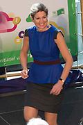 Koningin Maxima opent Week van het Geld in Beeld en Geluid, Hilversum. Het doel van deze week is om basisschoolleerlingen te leren omgaan met geldzaken. /// Queen Maxima opens the Money Week in Sound and Vision, Hilversum. The purpose of this week is to learn how to deal with money matters. Elementary school students<br /> <br /> Op de foto / On the photo:   Koningin Maxima en presentator Klaas van Kruistum poseren met de winnaars van het project Gelduitdaging<br /> <br /> Queen Maxima and presenter Klaas Kruistum pose with the winners of the Money Challenge project
