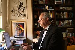 O professor universitario de direito e advogado Sergio Borges, durante a postagem do protocolo de Impeachment do presidente Luiz Inácio Lula da Silva em um agência de correios e telegrafos, em Porto Alegre. FOTO: Jefferson Bernardes/Preview.com