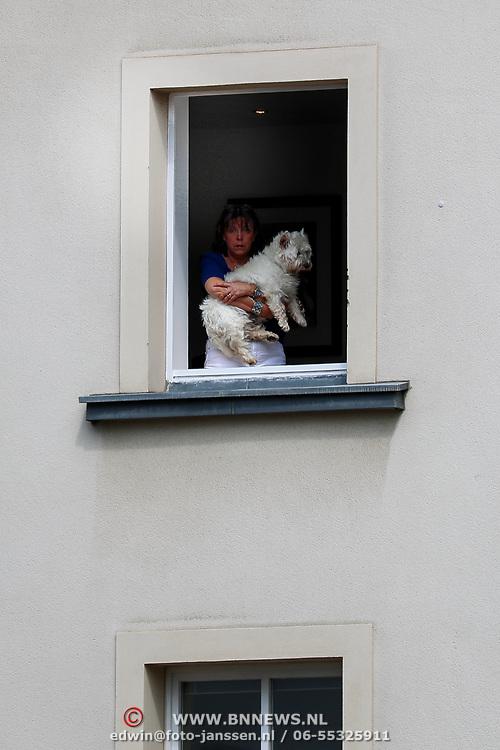 LUX/Luxembug/20180523 - Staatbezoek Luxemburg 2018 dag 1, hond met vouw in het raam kijken toe