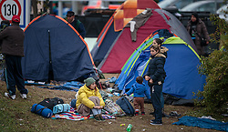 25.09.2015, Grenzübergang, Salzburg, AUT, Fluechtlingskrise in der EU, im Bild Flüchtlinge an der Grenze zu Deutschland sitzen in einem Zeltlager // Migrants on the German Border sitting in a tent camp. Thousands of refugees fleeing violence and persecution in their own countries continue to make their way toward the EU, border crossing, Salzburg, Austria on 2015/09/25. EXPA Pictures © 2015, PhotoCredit: EXPA/ JFK