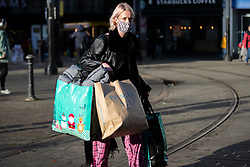 © Licensed to London News Pictures. 04/11/2020. Manchester, UK. Shoppers walk down a busy Market Street in Manchester on the last day before national lockdown. Photo credit: Kerry Elsworth/LNP