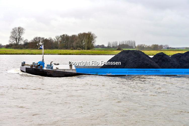 Nederland, Nijmegen, 17-2-2019 Binnenvaartschip, beladen met kolenvaren over de Waal richting Duitsland. De lading komt uit de haven van Rotterdam en is op weg naar het Ruhrgebied als brandstof voor hoogovens en elektriciteitscentrales ... FOTO: FLIP FRANSSEN