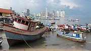 Barcas en muelle fiscal / Puerto Panamá / Ciudad de Panamá.<br /> <br /> Edición de 10   Víctor Santamaría.